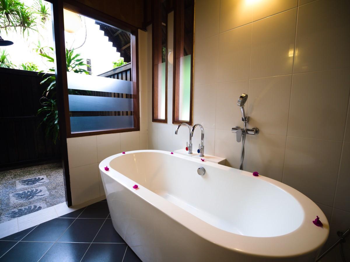 Honeymoon Beach Chalet bathtub.