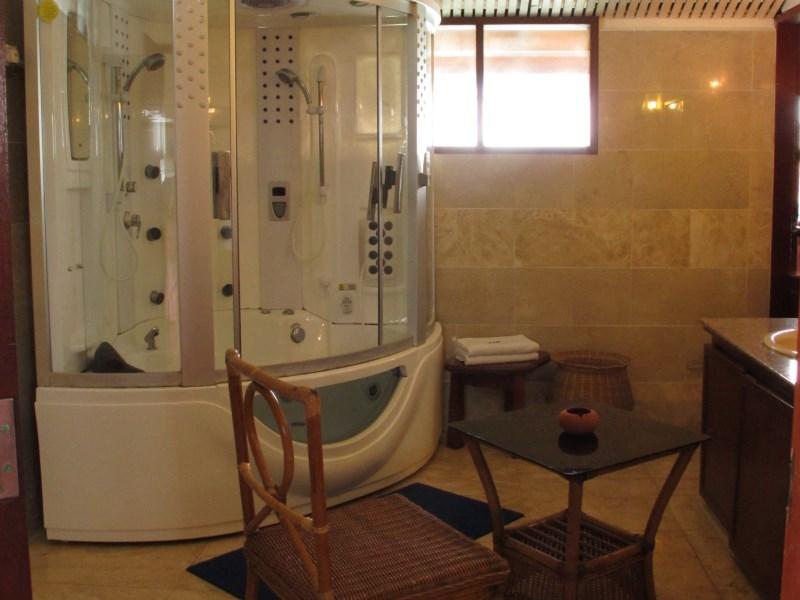 Deluxe Cottage private indoor Jacuzzi.